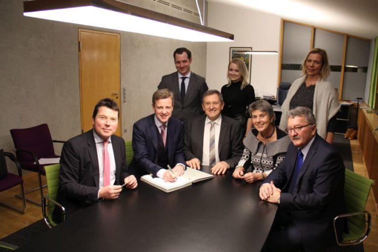 Kommunalvertreter bei Unterzeichnung Kooperationsvertrag